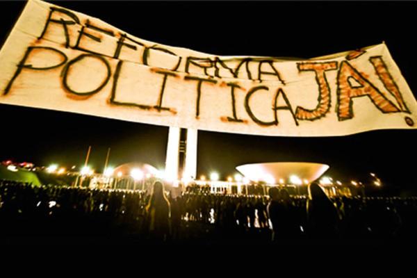 Manifestantes pedindo reforma política