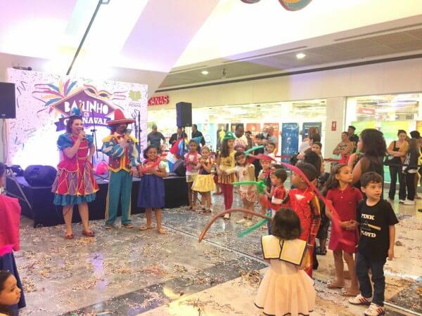 Bloquinho de carnaval agita shopping no Tatuapé