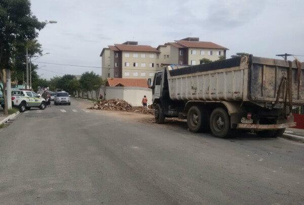 Caminhões são apreendidos na Penha por descarte irregular