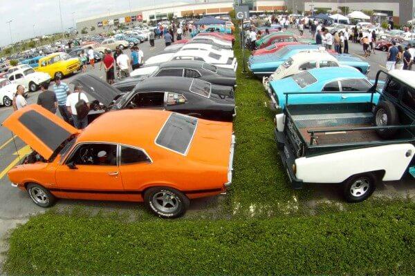 Encontro de carros antigos acontece em Itaquera