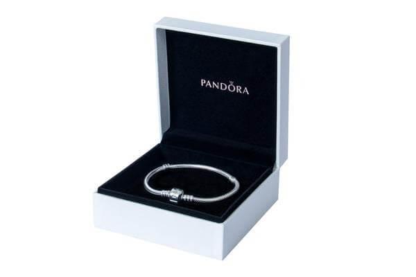 Shopping na Zona Leste presenteia clientes com braceletes Pandora