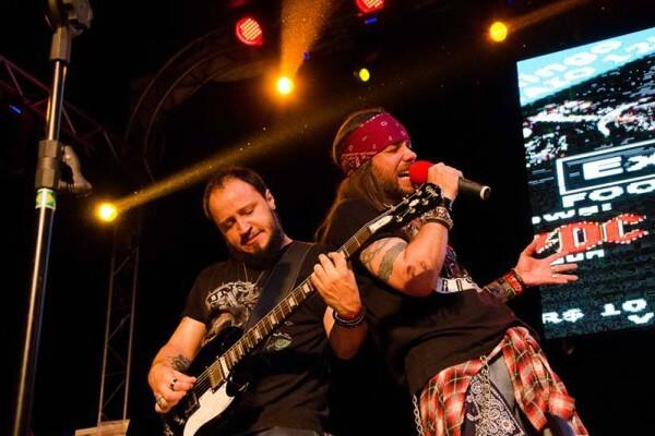 Banda cover do Guns N'Roses se apresenta no Tatuapé