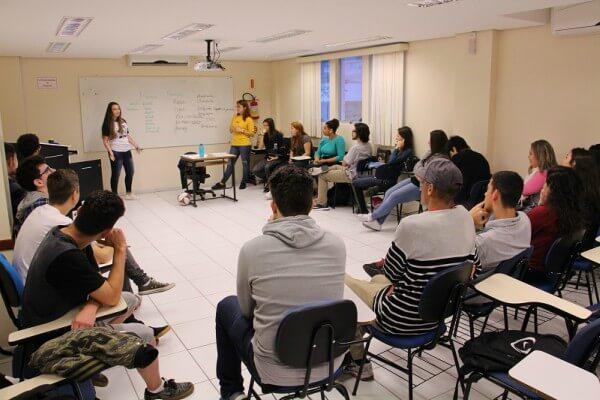 Escola de inglês realiza debate sobre desconstrução de gênero